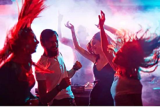 vista de una fiesta con dj de fondo