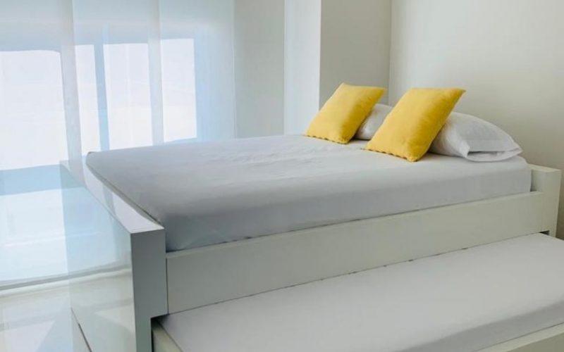 habitación equipada con cama doble y función nido en la parte inferior, su ventana piso techo tiene cortina panel japonés