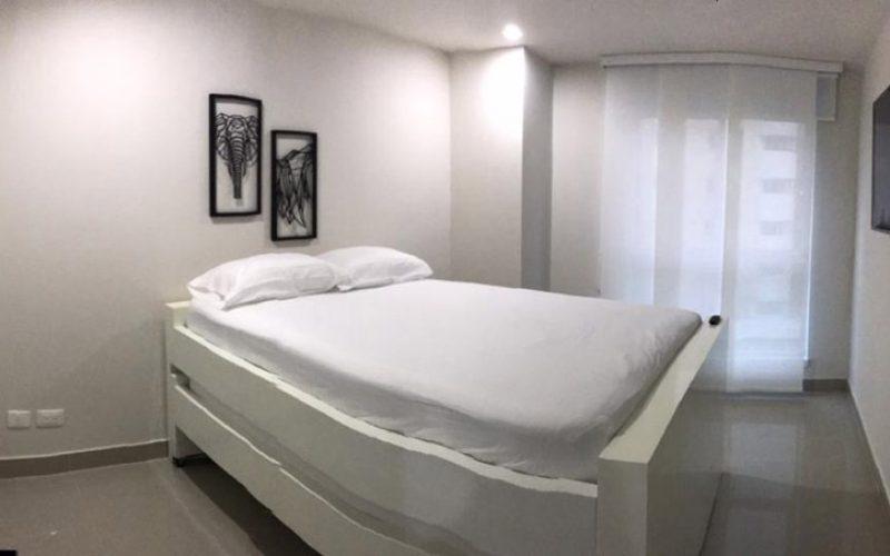 habitación amplia equipada de cama doble con función de nido en la parte inferior, tv en pared y cortina de panel japonés