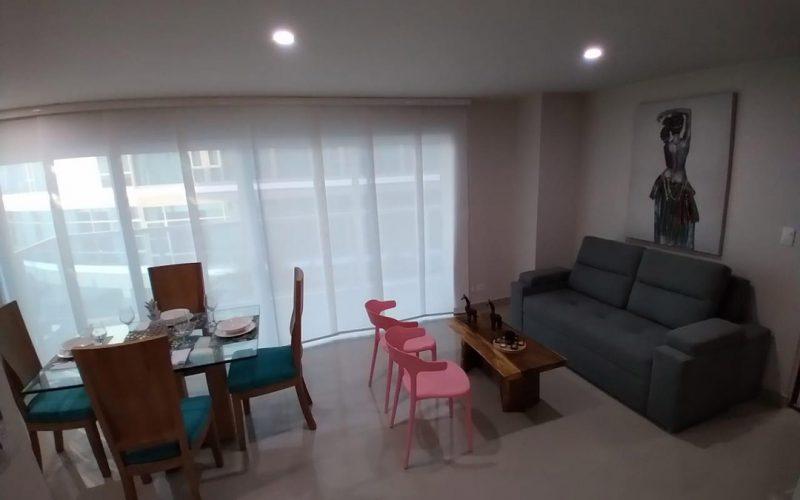 comedor y sala de estar en apartamento, comedor en vidrio y madera para 4 personas, sala con sofá y dos sillas auxiliares
