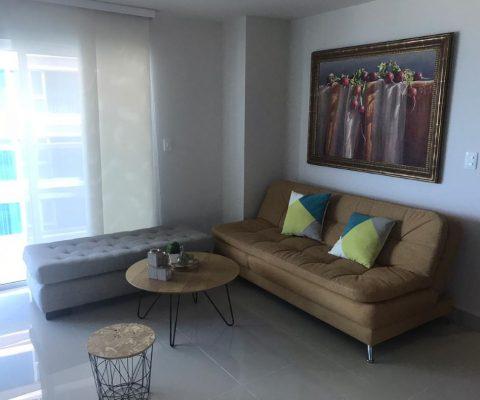 sala de estar con diván y sofacama, mesa de café y silla otomana de estilo industrial, ventana con vista exterior