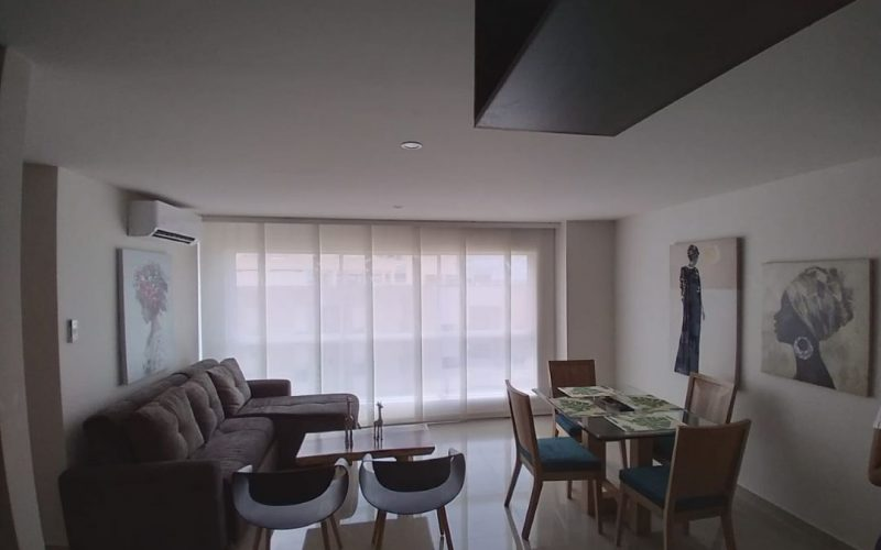 zona de sala comedor, con mesa para 4 personas, sofá en L mesa de café y 2 sillas auxiliares todo en estilo elegante