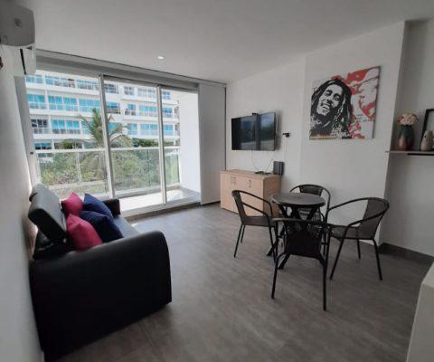 zona sala comedor con sofá y mesa para 4 personas en apartamento para alquiler en Cartagena, con balcón y vista al exterior