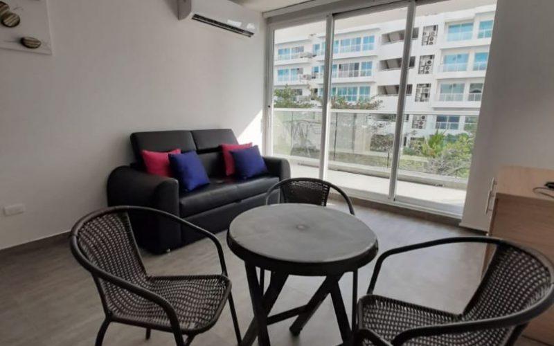 zona comedor con mesa redonda para 4 personas, al fondo una puerta ventana da salida a balcón con vista al exterior