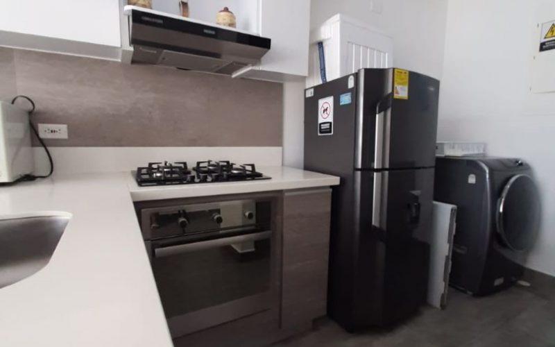 vista de cocina abierta y máquinas lavadoras en apartamento para alquiler en la zona norte de Cartagena