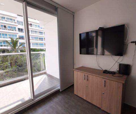 desde la sala de estar de un apartamento se puede ver el balcón que da vista a los edificios vecinos en Cartagena