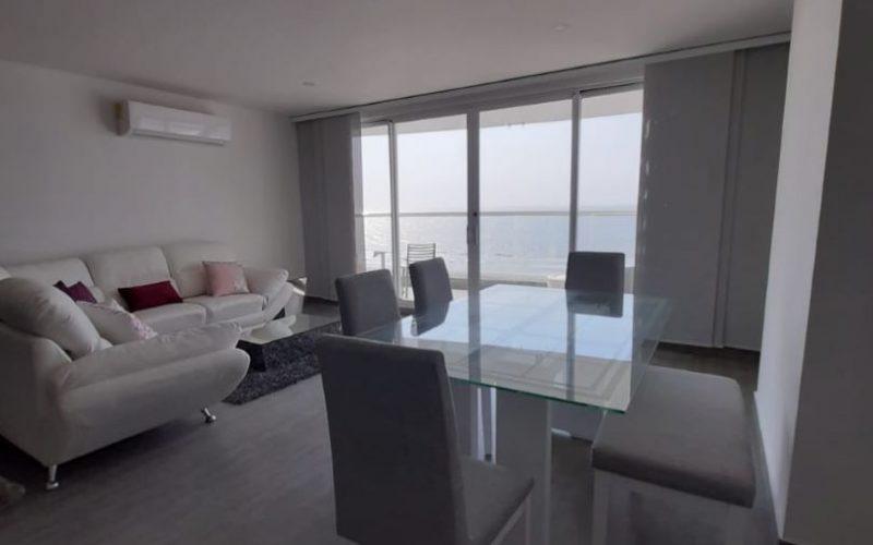 Área de sala comedor con estilo minimal y balcón con vista al mar en apartamento para alquiler en Cartagena Zona Norte