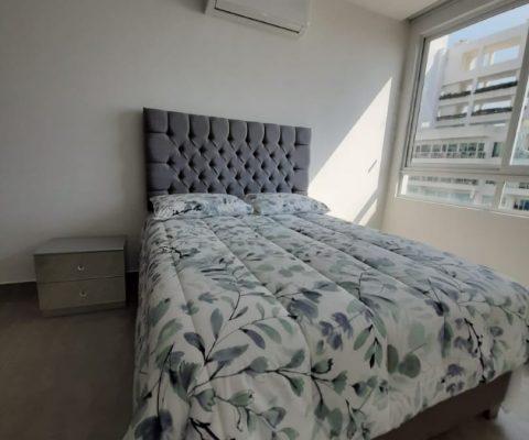 Amplia habitación en apartamento Zona Norte Cartagena, equipada con cama doble, nochero y Aire Acondicionado