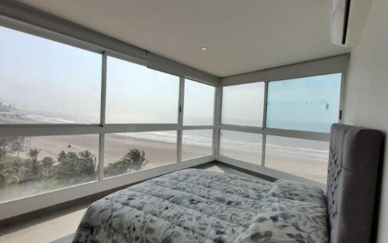 Habitación con amplio ventanal ofrece vista espectacular del mar y la playa en la Zona Norte de Cartagena