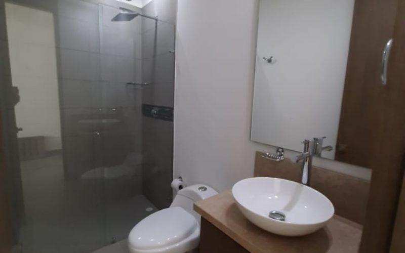 baño con lavamanos de sobreponer en porcelana y acabados modernos en apartamento para alquiler Cartagena