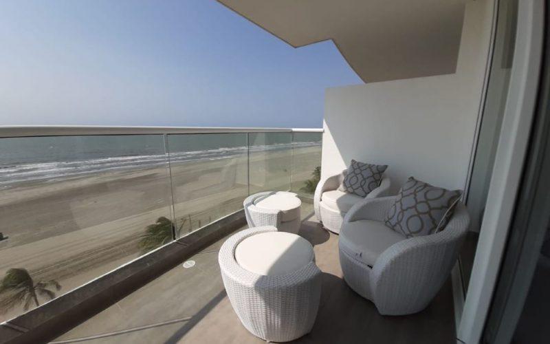 desde el balcón amoblado de apartamento en Zona Norte de Cartagena, se puede ver la playa y el cielo despejado