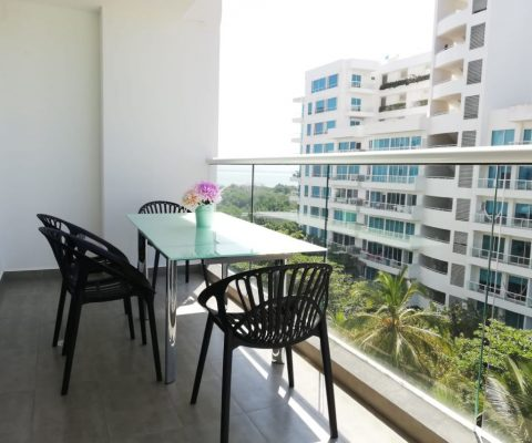 balcón en apartamento de la Zona Noerte de Cartagena, equipado con mesa comedor para 4 personas