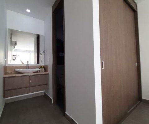 vista de armario y lavamanos de estilo elegante en apartamento para alquiler en Cartagena Zona Norte