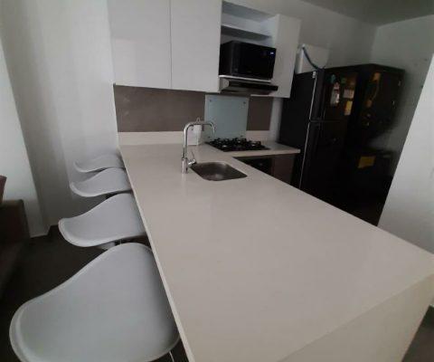 cocina abierta de estilo elegante con barra y butacas para 4 personas en apartamento para alquiler en Cartagena