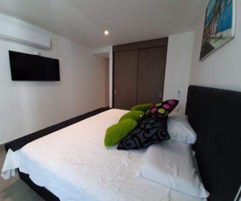 habitación elegante de apartamento en Zona Norte Cartagena equipada con cama doble Aire Acondicionado y tv