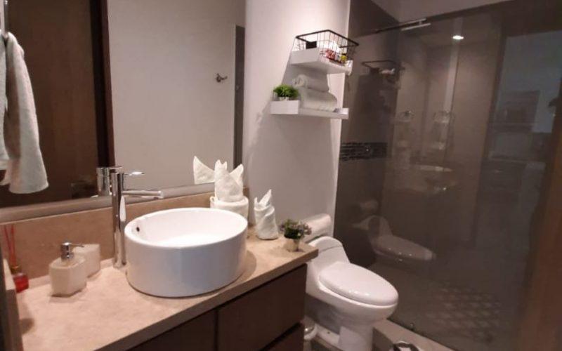 baño elegante con lavamanos de sobreponer y acabados de diseño en apartamento de Cartagena Zona Norte