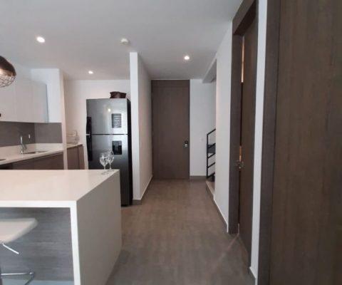 vista de pasillo y cocina abierta en moderno apartamento de la Zona Norte de Cartagena