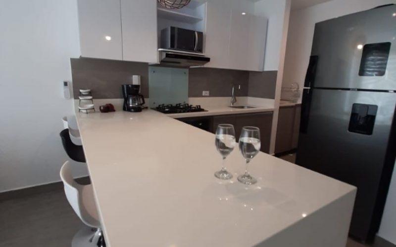 cocina abierta con estilo moderno y elegante en apartamento para alquiler en la Zona Norte de Cartagena