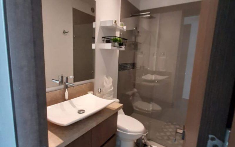 baño moderno con lavamanos de sobreponer y acabados de diseño en apartamento Zona Norte Cartagena