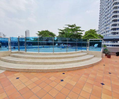 terraza del área social y piscina de edificio mirador del laguito en Cartagena que ofrece apartamentos para alquiler