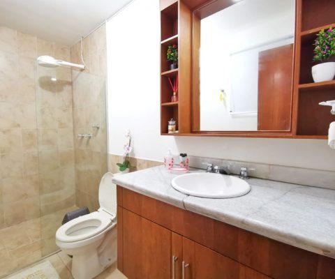 baño completo con encimera en piedra y acabados modernos en apartamento del Laguito en Cartagena