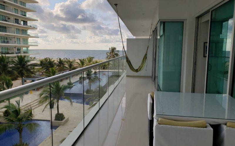 balcon amplio con hamaca verde y comedor de cuatro puestos al fondo playa de zona norte cartagena
