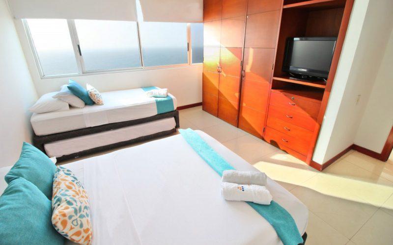 habitacion con cama doble y cama sencilla en apartamento para alquiler por dias en palmetto cartagena