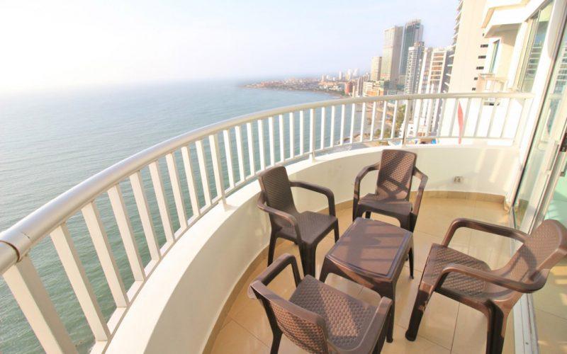 comedor exterior en balcon de apartamento en palmetto con vista a la playa de bocagrande cartagena