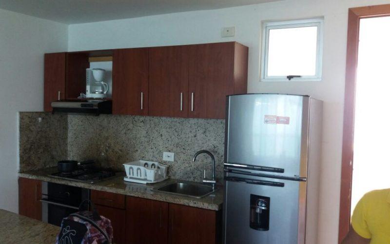 cocina tipo americano con mesones en granito cafe en apartamento en cartagena