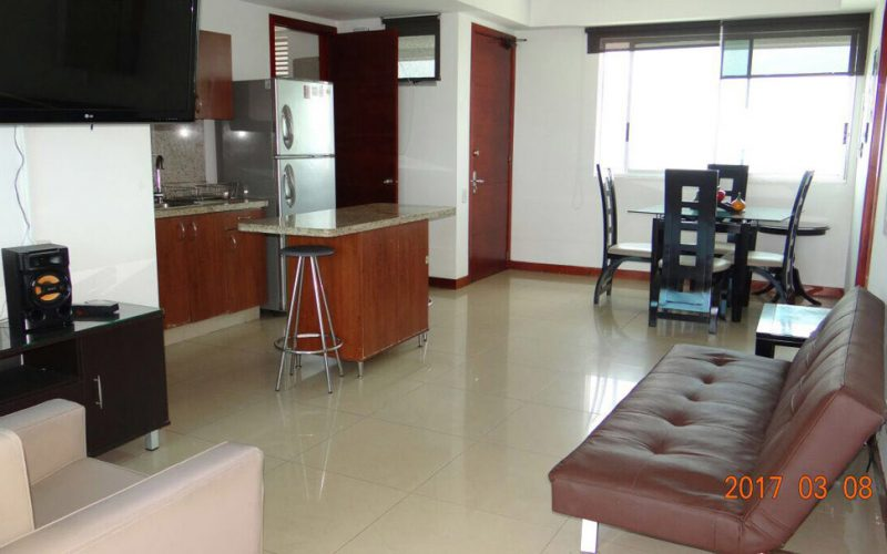 vista general de zona social y cocina de apartamento para alquiler por dias en edificio palmetto cartagena