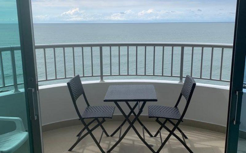 mesa plastica y dos sillas en balcón con vista al mar de Cartagena