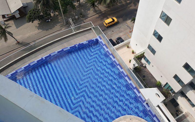 desde el balcón de un apartamento se puede ver parte de la piscina correspondiente al edificio en que estamos