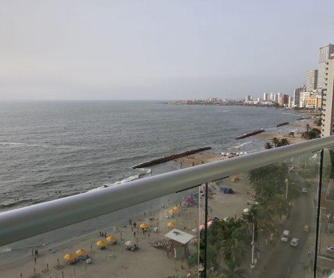 desde un balcón se puede ver la playa de Cartagena y la zona turística de Bocagrande en Cartagena