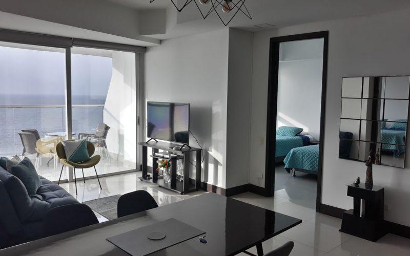 apartamento con decoración moderna que incluye al comedor, la sala de estar, una habitación y balcón que da vista al mar