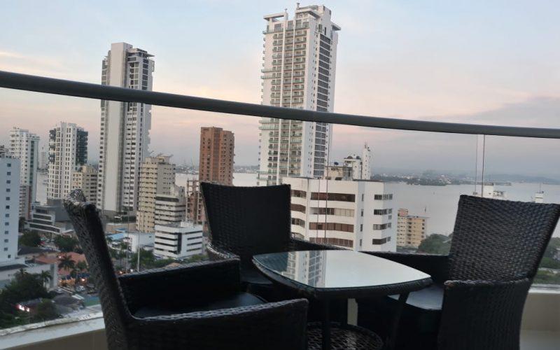 desde un balcón amoblado con mesa y sillas plásticas se ven edificios de Bocagrande y parte de de la bahía de Cartagena