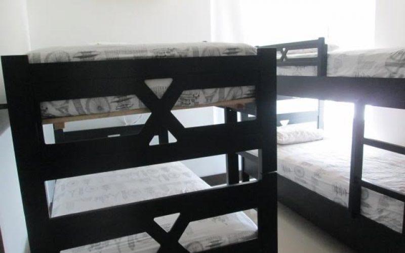 habitacion consta de dos camarotes en madera oscura, para un total de cuatro camas con aire acondicionado en cartagena