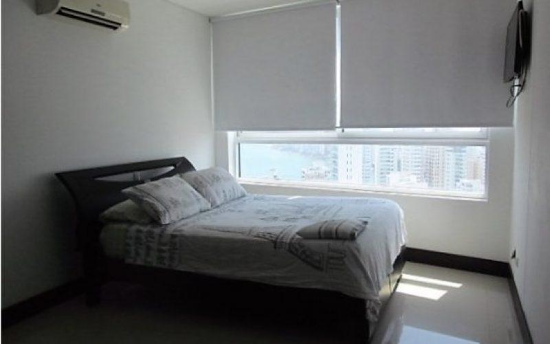 habitacion con cama doble en madera oscura, televisor de plasma, aire acondicionado y blackout
