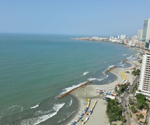 vista aérea de la playa turística de Bocagrande en Cartagena, muy a lo lejos se puede ver parte de la ciudad amurallada