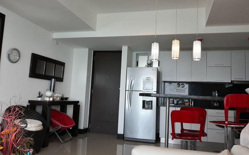 vestíbulo y cocina abierta de apartamento con barra comedor para 4 personas y decoración de estilo moderno