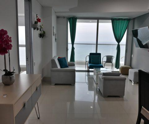 sala de estar de un apartamento con decoración de estilo moderno, ventanal de piso a techo y balcón con vista al mar