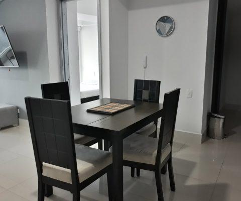 comedor de un apartamento con mesa y sillas en madera de estilo moderno para 4 personas