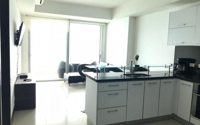 apartamentos con pisos en ceramica color gris claro, cocina blanca con negro, sala oscura y televiso