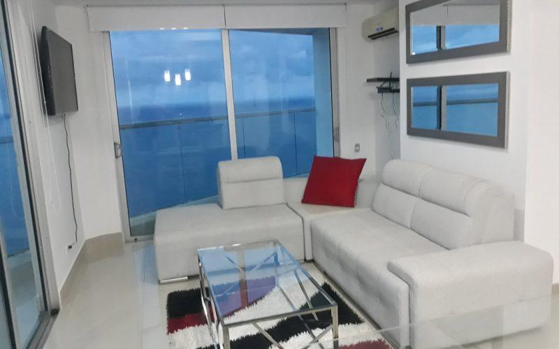 sala moderna color blanco mesa de centro en vidrio, televisor y tapete de colores blanco, rojo y negro