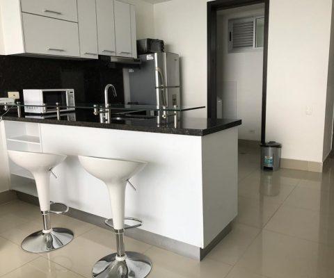apartamento con pisos en ceramica color gris claro, cocina enchapada cajones blancos y meson en granito color negro