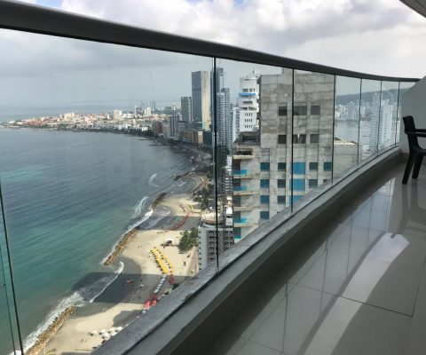 balcon con pisos en ceramica blanca y vista a la playa y mar en bocagrande cartagena