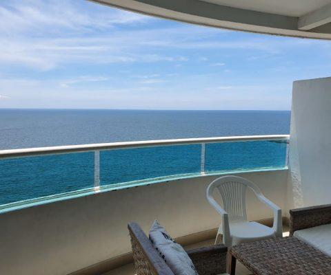 desde un balcón en apartamento de Cartagena se puede ver el mar tranquilo y el cielo claro hasta el horizonte