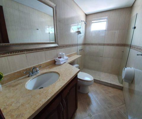 elegante baño con acabados de estilo clásico en apartamento para alquiler en el Laguito de Cartagena