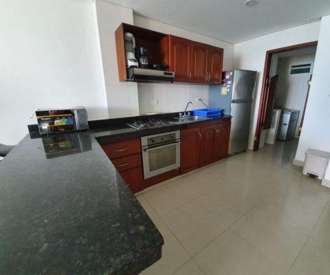 cocina abierta con barra en granito y equipo completo de línea blanca en apartamento para alquiler en Laguito Cartagena