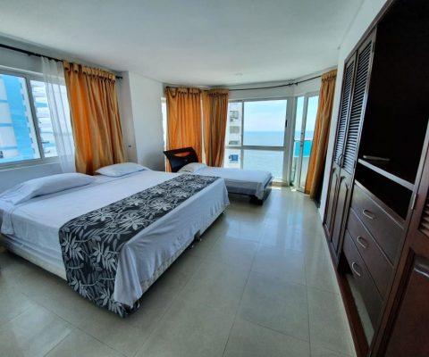 amplia habitación de apartamento para alquiler con cama doble, cama sencilla y enorme vista al mar de Cartagena
