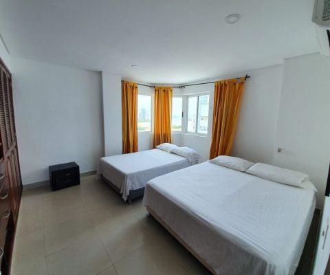 habitación en apartamento del Laguito de Cartagena para alquiler, equipada con camas doble y sencilla, y aire acondicionado